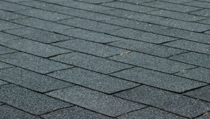 Las tejas de asfalto constituyen el material más común para los techos en los Estados Unidos y son las más económicas.