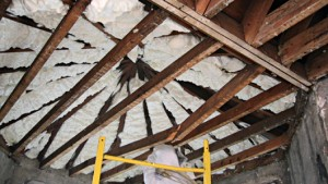 El aislamiento con espuma de poliuretano rellena las vigas de los techos