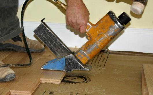C mo instalar pisos de madera dura constru gu a al d a - Como nivelar un piso para colocar piso flotante ...