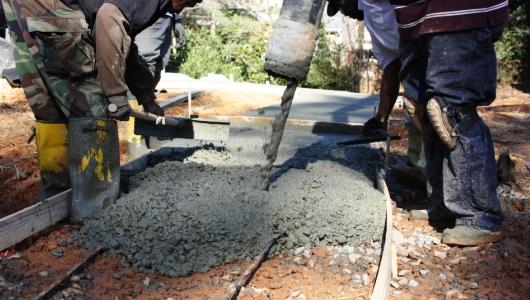 Verter concreto para construir una entrada de autos - Como hacer brillar el piso de cemento ...