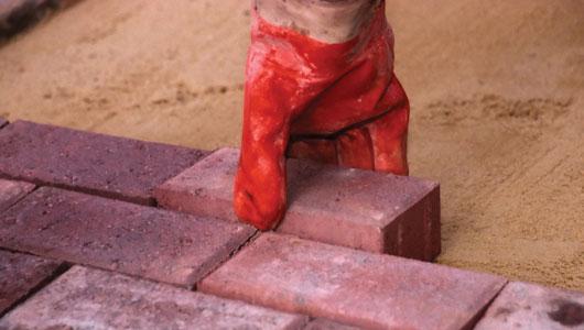 C mo hacer un patio de ladrillos constru gu a al d a for Como fijar un inodoro al piso