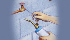 Corte una sección de la tubería existente para poder instalar el filtro nuevo y las cañerías asociadas. Siga las instrucciones del fabricante, a fin de cerciorarse de cortar suficiente tubería para poder adaptar el filtro, las nuevas válvulas de cierre, así como cualesquiera acopladores.