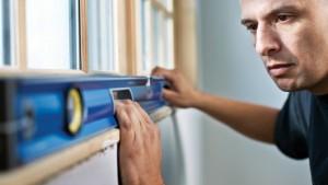 Verifique que cada pieza esté nivelada y anexe la moldura al drywall