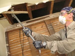Y en vez de golpear los revestimientos de los muros para retirarlos, inserte detrás de ellos la quijada de una barra de demolición y jale.