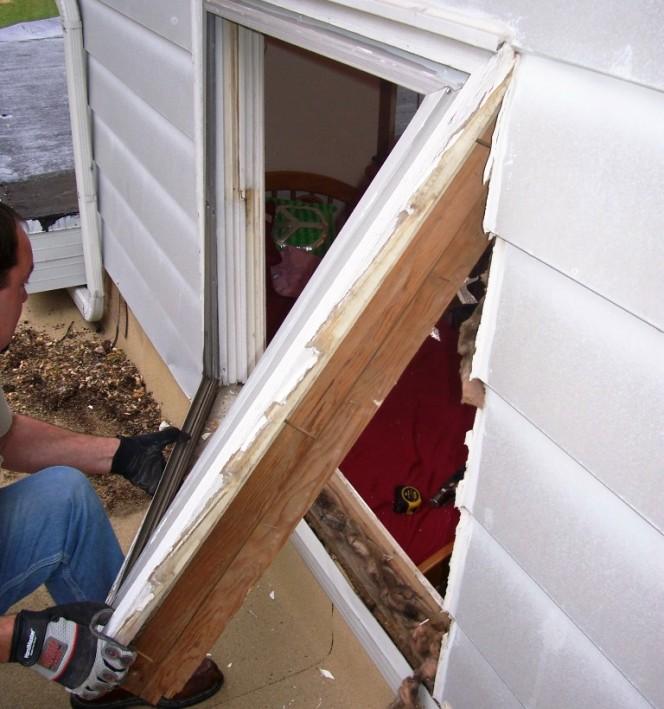 (foto 1) La ventana existente se quitó para que la abertura en bruto pudiera aceptar la ventana nueva.