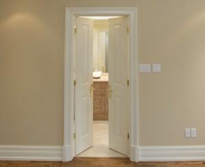 Cómo enmarcar una puerta interior