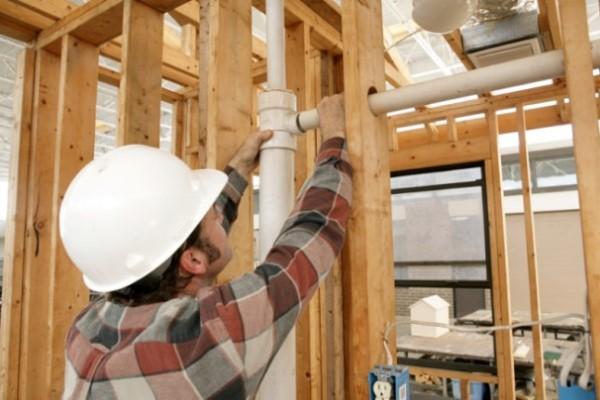 instalar-las-tuberías-de-un-baño-en-el-sótano1-600x400