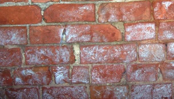 C mo eliminar la eflorescencia en los ladrillos constru gu a al d a - Manchas blancas en la pared ...