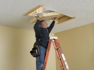 Deslice la escalera en la abertura hasta las tablas de soporte