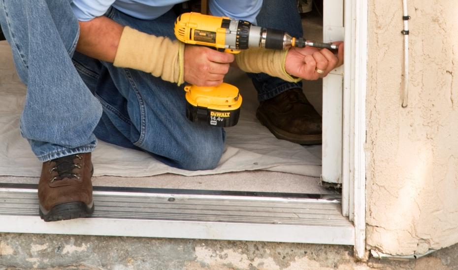 Como instalar una puerta corredera puertas correderas for Como hacer una puerta de madera con vidrio