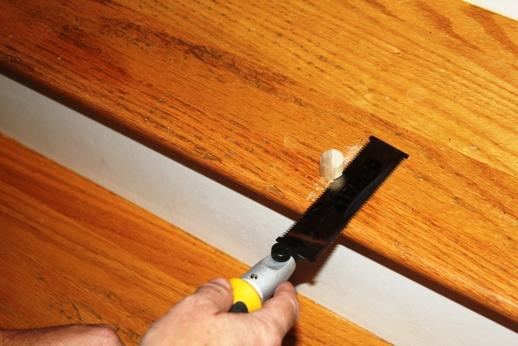 Algunas veces, las soluciones más sencillas también funcionan muy bien. Un poco de talco o grafito en polvo espolvoreado en las uniones permitirá que los componentes individuales de madera se rocen entre ellos sin que produzcan ruido alguno. 3