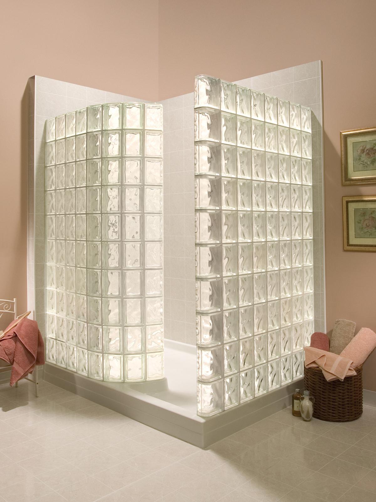 C mo instalar paredes de bloques de vidrio para duchas - Banos con paredes de cristal ...