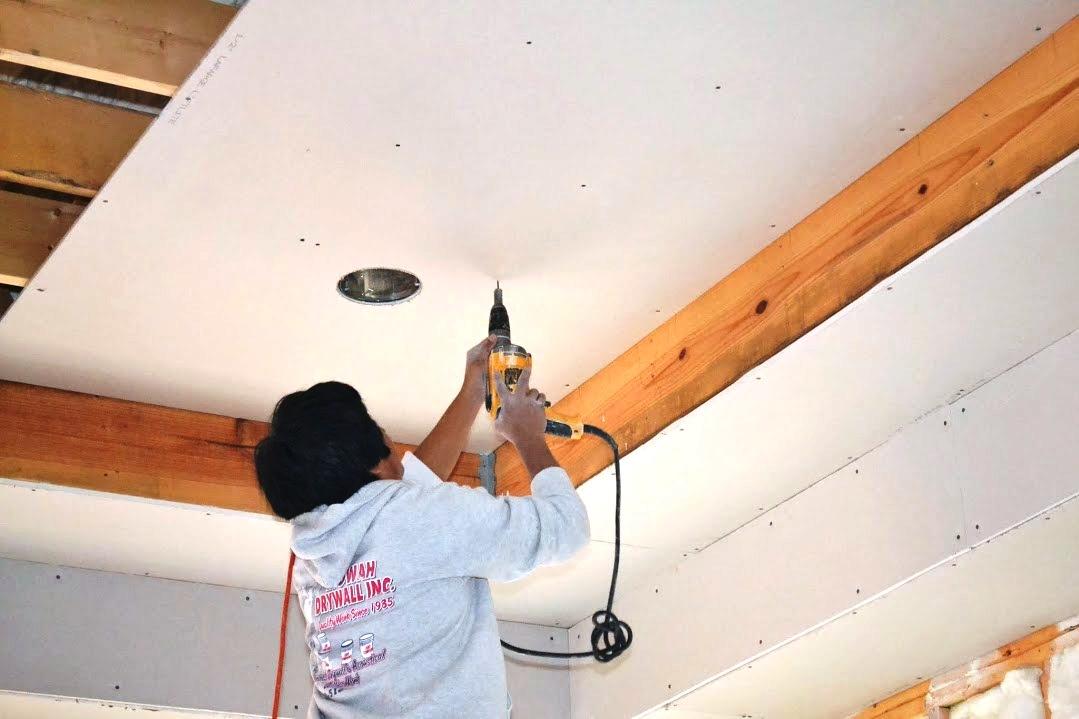 C mo instalar paneles de yeso en un techo constru gu a for Plafones de pared para escaleras