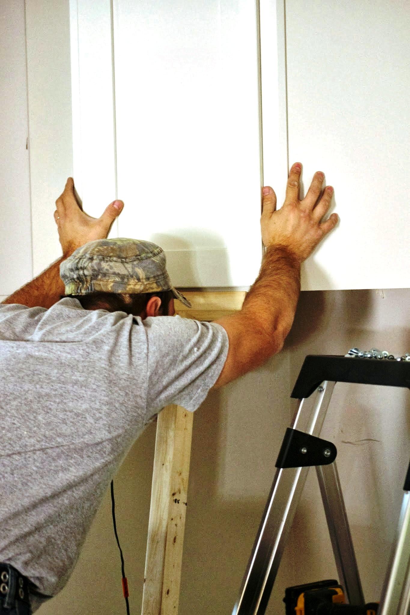 6 pasos para colgar gabinetes de cocina constru gu a al d a for Como instalar una cocina integral pdf