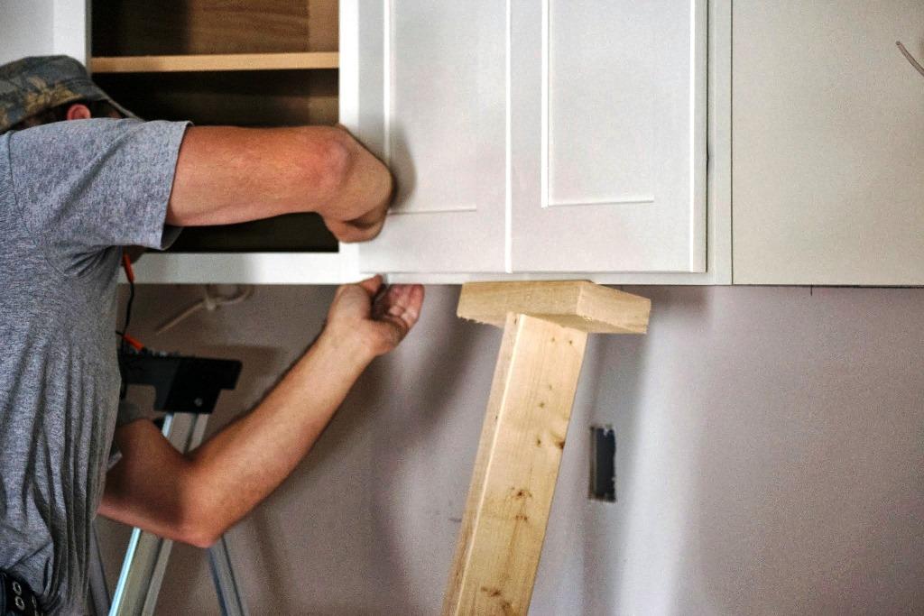 6 pasos para colgar gabinetes de cocina constru gu a al d a for Gabinetes en cemento