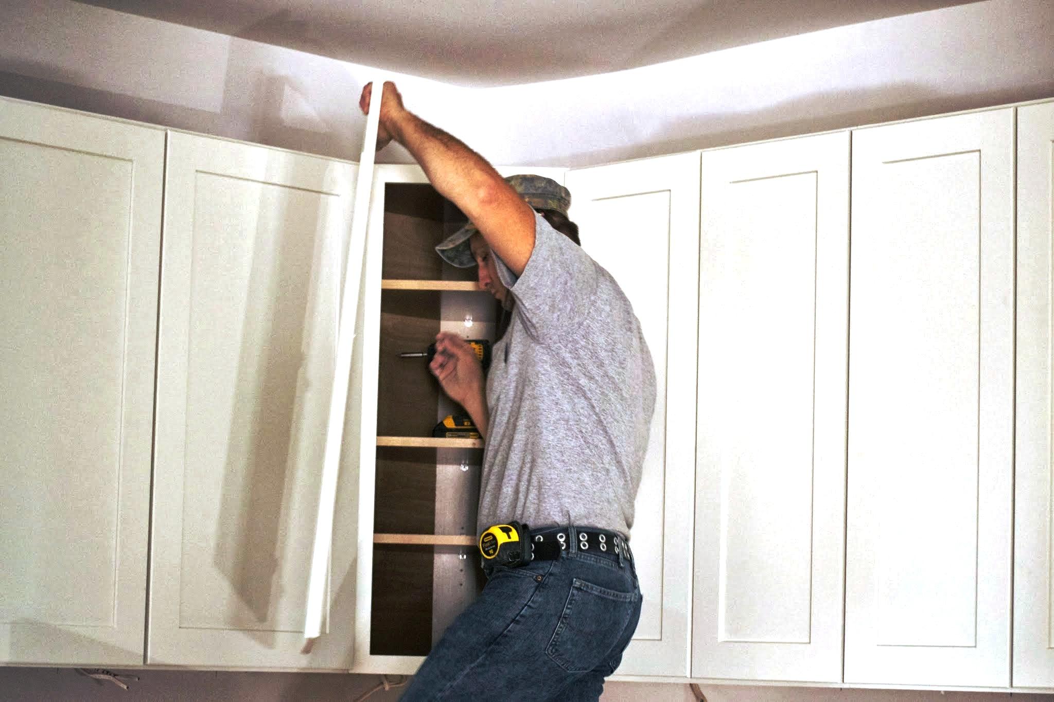6 pasos para colgar gabinetes de cocina constru gu a al d a - Pasos para pintar una pared ...