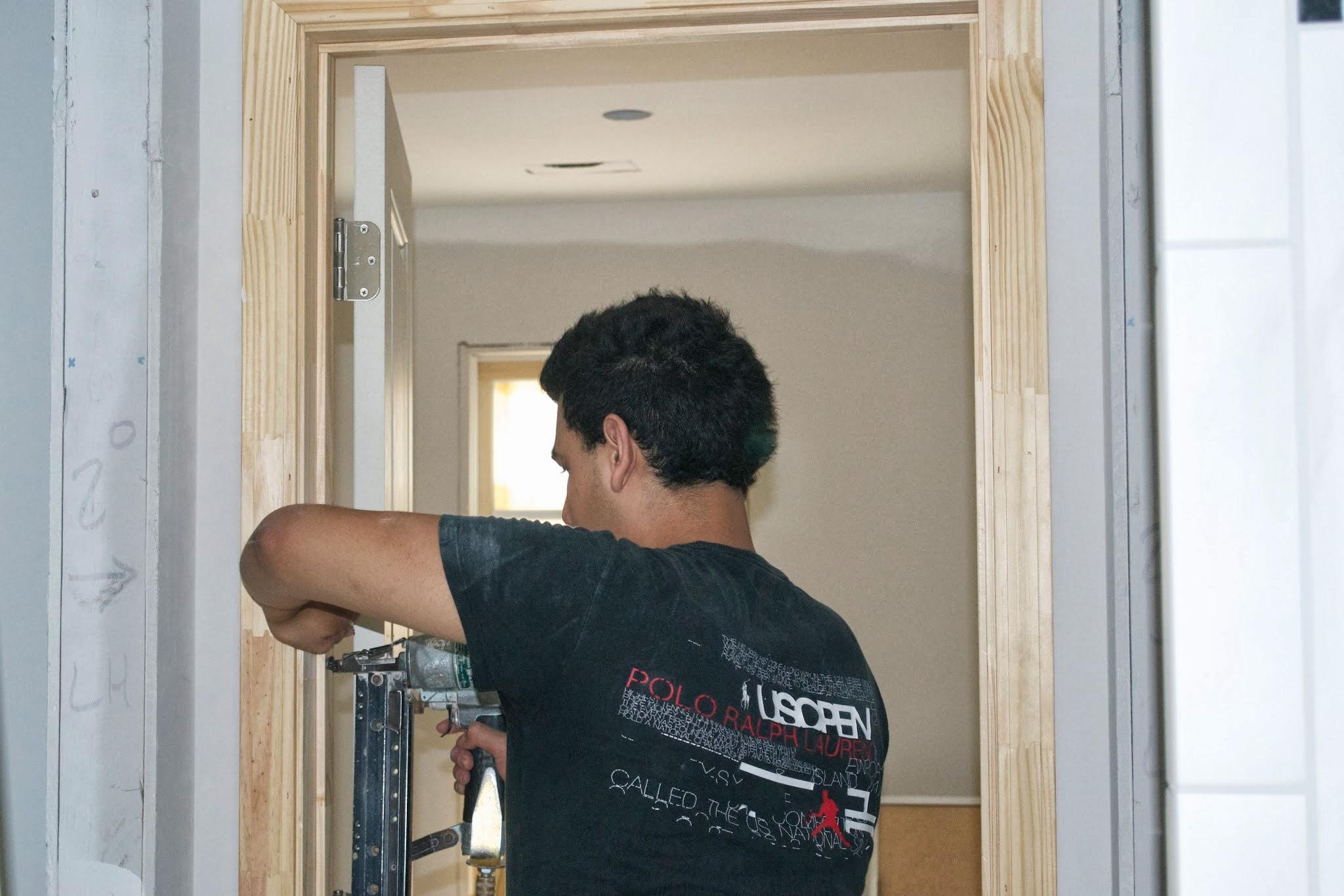 Cómo colgar una puerta de jamba dividida