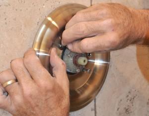 Cómo reemplazar un cabezal de ducha y el mango de la válvula