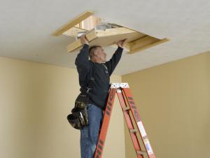 Cómo instalar una escalera para áticos