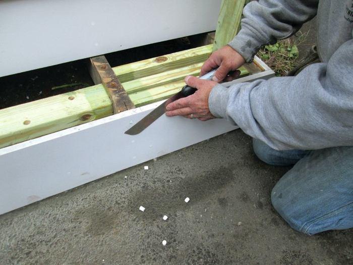 Cómo instalar los bordes decorativos de PVC
