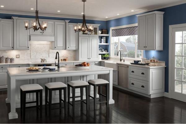 Gabinetes clásicos de American Woodmark están ahora disponibles en acabado de piedra gris.
