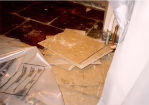Los adhesivos con asbesto es uno de los riesgos de renovar casas viejas