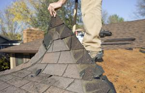 Entre los riesgos de renovar casas viejas está las tejas con plomo