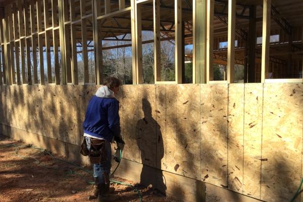 Instalación de paneles de madera contrachapada