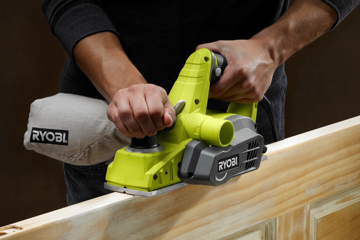 Cómo usar una cepilladora de mano inalámbrica