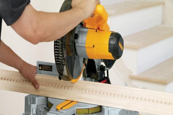 Cortar esquinas de molduras con precisión