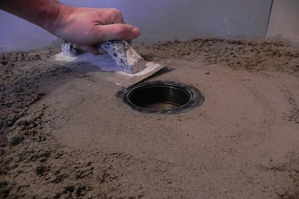Instalar pisos para duchas resistentes a las filtraciones