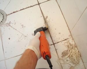 Si hay moho presente, es probable que tenga que volver a aplicar lechada en las paredes