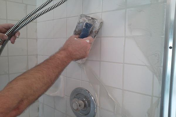Cómo volver a aplicar lechada en una ducha