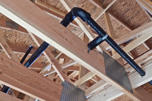 Se muestra una línea de ventila que sale de un techo.