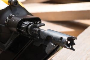 DeWalt ha seguido la tendencia de las clavadoras más modernas y no requiere de herramientas para cambiar entre las modalidades de disparo de choque y secuencial.