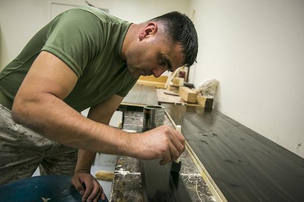 Teñir pisos de madera sin lijarlos