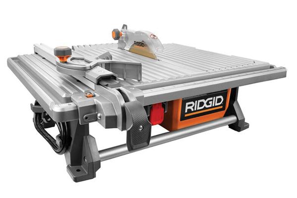 Se muestra la sierra para baldosas R40201 de RIDGID, que llegará a las tiendas de Home Depot en septiembre.