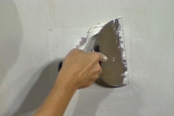Resanar agujeros grandes en el drywall
