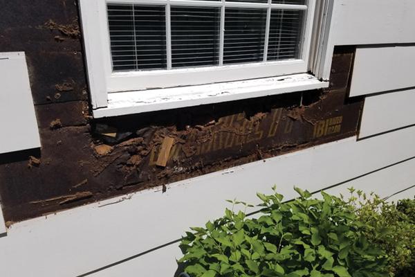 Se quitó el revestimiento alrededor de la ventana que sufrió daños por el agua para revelar los paneles de pared dañados.